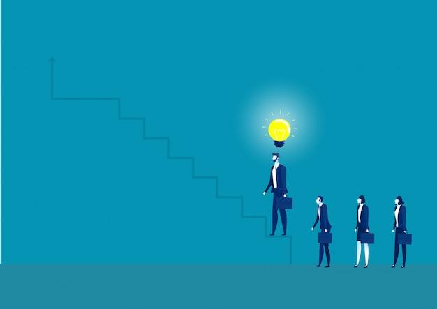 ビジネスマンのビジネス概念図は階段を踏むことを考えている