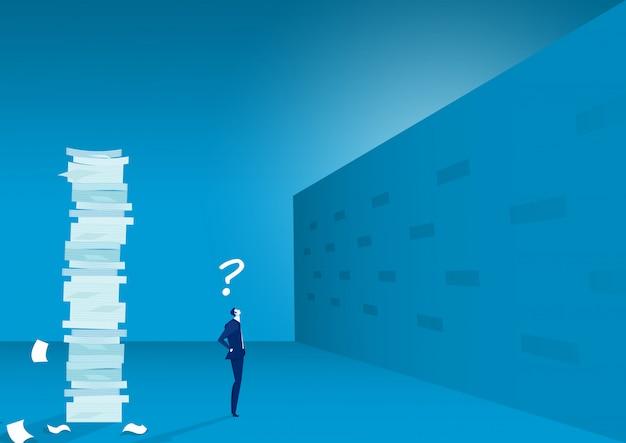Бизнесмен мышления как пересечь высокую стену.