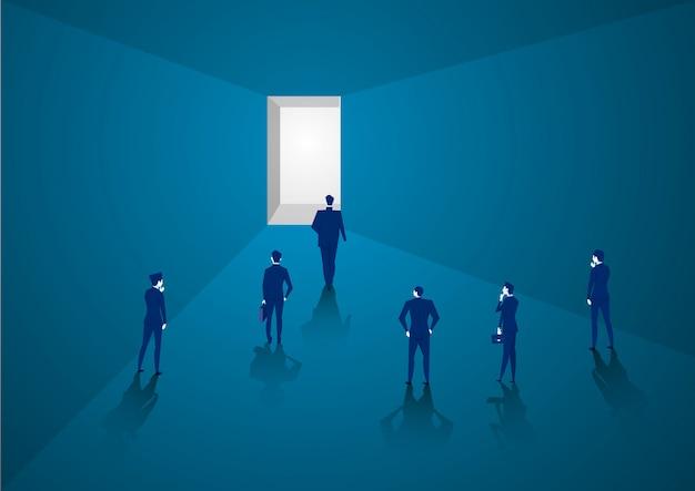 ビジネスマンは将来の概念での成功を表す明るい光に向かって前方に歩く