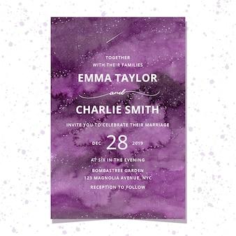 紫色の水彩画の背景を持つ結婚式の招待状