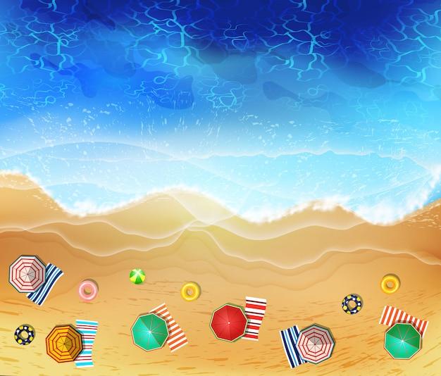 Летом море пляж вид сверху с волнами и пены.