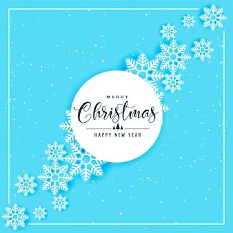 クリスマスと冬の季節の青い雪片の背景