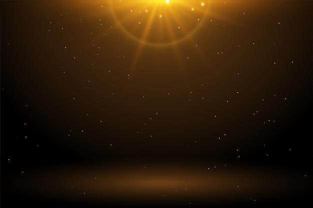 輝く空の背景を持つ黄金の光フレア