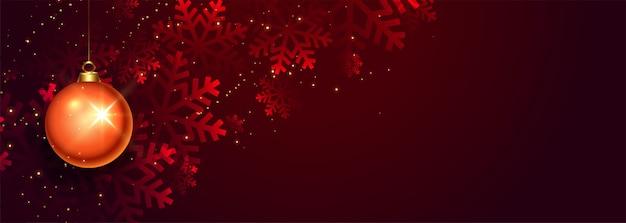 Красный елочный шар и снежинки баннер