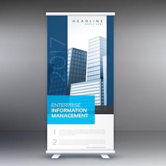 ビジネス情報を持つ単純な青立ち見客ロールアップバナーデザイン