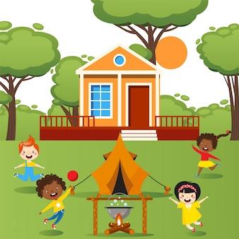 キャンプファイヤー、人々の図の周りを実行しているテントの屋外、幸せな子供と遊ぶ子供たち