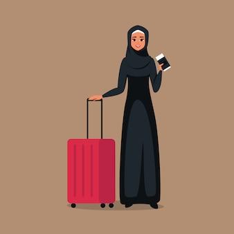 Мультфильм молодая мусульманская женщина стоит с билетами и багажом для путешествий.