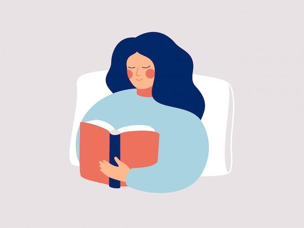 Молодая женщина сидит на кровати с книгой. девочка-подросток читает перед сном. иллюстрация.