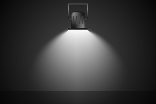 白いスポットライトが暗い壁に照らされている