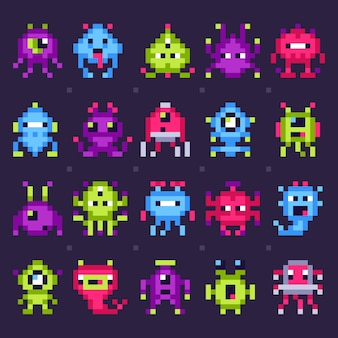 Пиксельные космические монстры. аркады видеоигры роботы, ретро игры захватчики пиксель арт изолированные набор