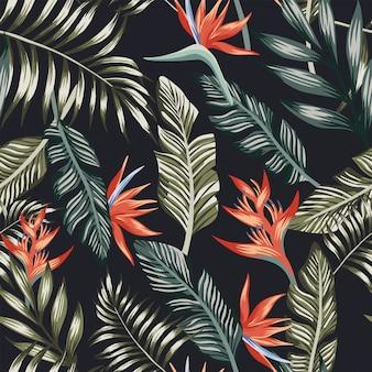 ヤシの葉の熱帯の花のシームレスなパターンの壁紙