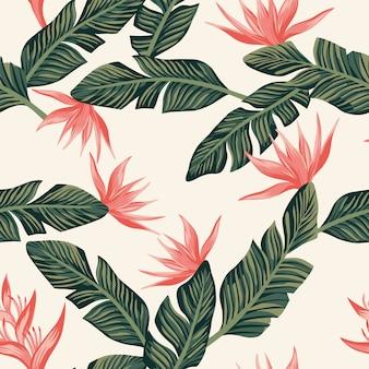 濃い緑色の熱帯のバナナの葉と花からのシームレスなパターンの壁紙組成
