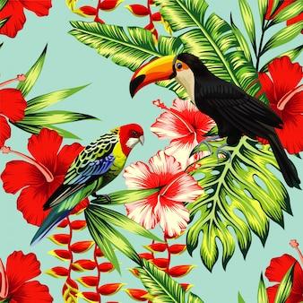熱帯の鳥オオハシと多色オウムの背景にエキゾチックな花のハイビスカスとヤシの葉。夏の花植物を印刷します。自然の動物の壁紙。シームレスなベクターパターン