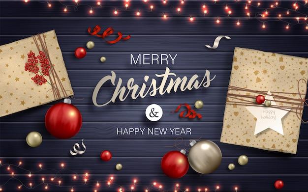 Счастливого рождества фон. красные и золотые безделушки, подарки и гирлянды с лампочками