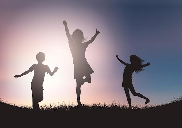 夕焼け空を背景に遊んでいる子供たちのシルエット