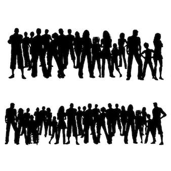 人々の巨大な群集のシルエット