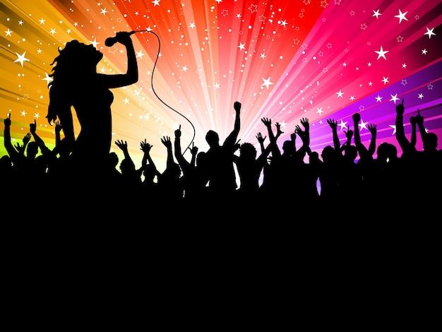 朗らかな聴衆の前で演奏する女性歌手のシルエット