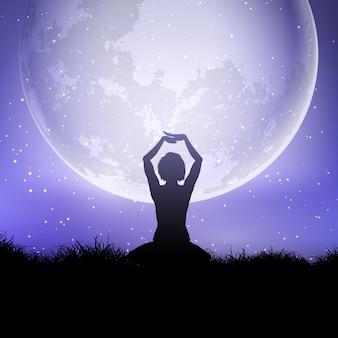 ヨガの女性が月光の空に対してポーズをとる