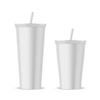 白いプラスチック製の使い捨てカップモックアップ