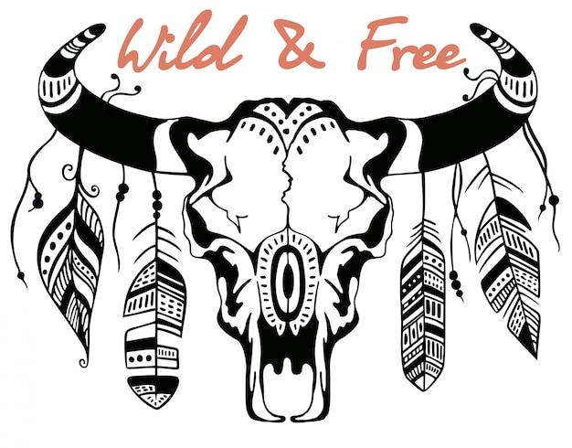 雄牛の頭蓋骨、羽で飾られたバイソンの頭蓋骨。手描きのグラフィック。野生と自由。碑文、動機。