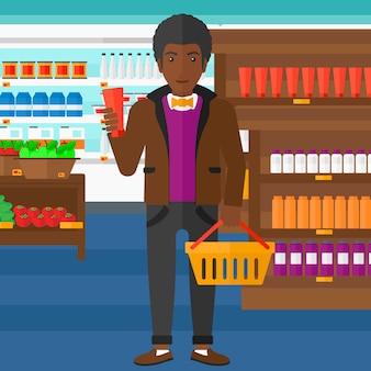 ショッピングバスケットとクリームのチューブを持つ顧客