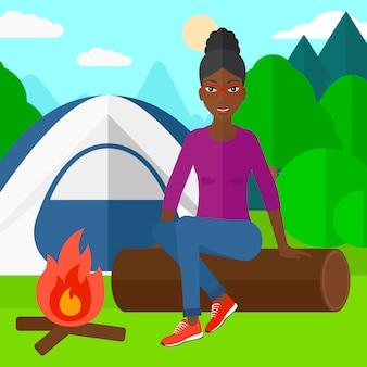 キャンプに座っている女性。