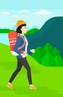バックパックのハイキングを持つ女性。