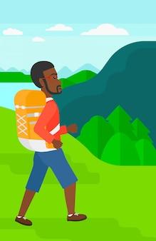 バックパックのハイキングを持つ男。