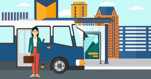 Женщина стоит возле автобуса