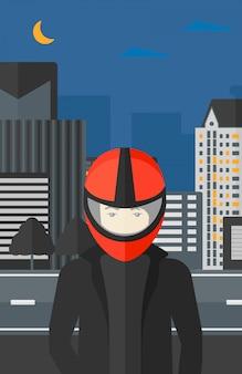 バイカーヘルメットの男。