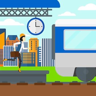プラットフォームに沿って走っている女性。