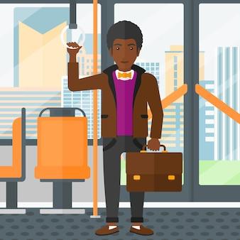 公共交通機関の中に立っている人。