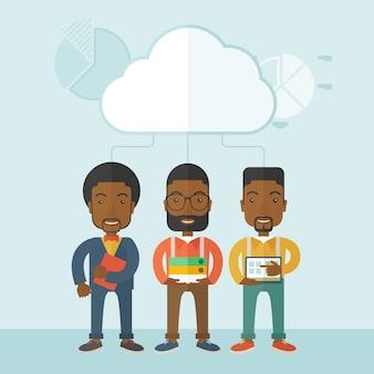 Трое мужчин, занимающих книжные файлы, ноутбук и планшет.