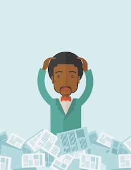 紙を持った黒人の男が彼の周りで働いています。