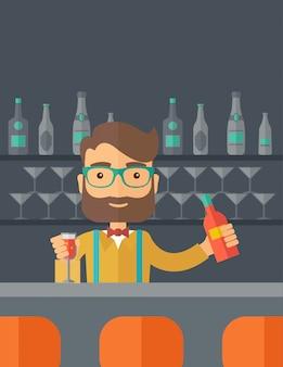 Бармен в баре держит напиток