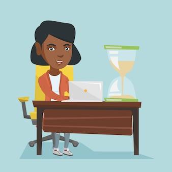 Молодая африканская бизнес-леди работая в офисе.