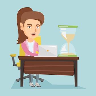 Молодая кавказская бизнес-леди работая в офисе.