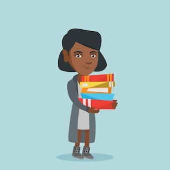 Молодой африканский студент держа кучу книг.