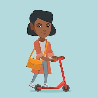 キックスクーターに乗って若いアフリカビジネス女性