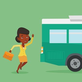 Опоздавшая женщина бежит за автобусом.