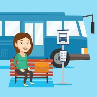 バス停で待っているビジネスウーマン。