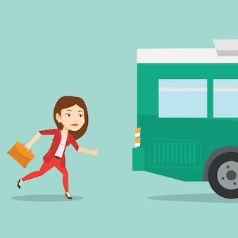 バスに走っている後発の女性。