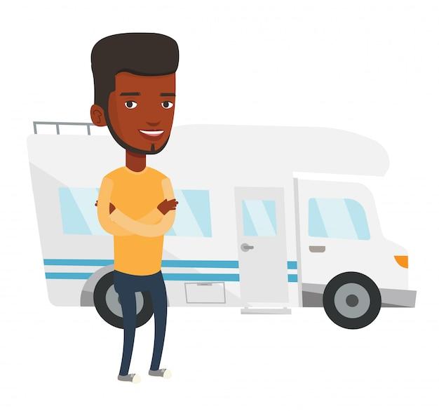 キャンピングカーの前に立っている男