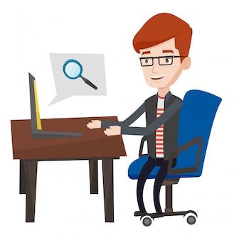 Бизнесмен работает на своем ноутбуке.
