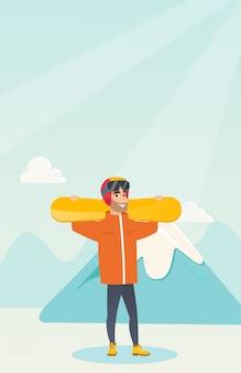Молодой кавказский спортсмен держа лыжи.