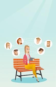 社会的ネットワークでのサーフィンの女性。