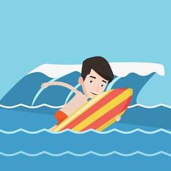 サーフボードでのアクションで幸せなサーファー。