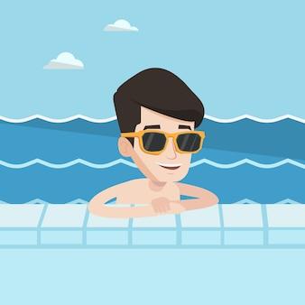 Улыбающийся молодой человек в бассейне.