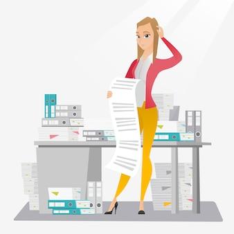 長い請求書を保持している女性実業家。