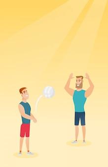 Двое кавказских мужчин играют в пляжный волейбол